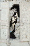 在石窑的门的女孩立场 免版税图库摄影