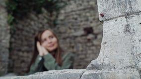 在石窗口开头的焦点在堡垒,女孩在defocus站立 股票视频