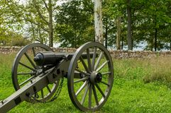 在石篱芭后的大炮 免版税库存图片