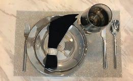 在石纹理桌上布置的典雅的桌 免版税库存照片