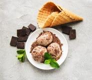 在石背景的巧克力冰淇凌 库存照片