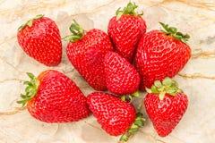 在石背景的成熟草莓 库存图片