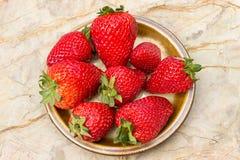 在石背景的成熟草莓 免版税库存照片