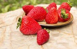 在石背景的成熟草莓 免版税图库摄影