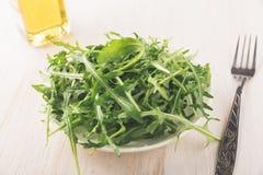 在石背景的新鲜的绿色芝麻菜 免版税库存图片