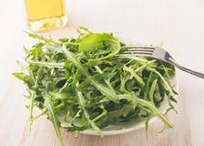 在石背景的新鲜的绿色芝麻菜 库存图片
