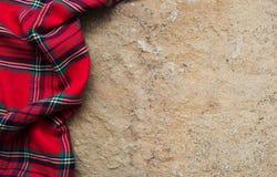 在石背景的方格的餐巾 免版税库存图片