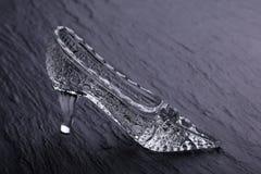 在石背景的水晶灰姑娘鞋子 库存照片