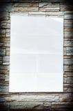 在石背景的空的空白被弄皱的纸张 免版税图库摄影