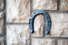 在石背景的老生锈的马掌 库存图片