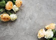 在石背景的黄色和白玫瑰 免版税图库摄影
