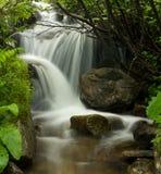 在石背景的水运动 免版税库存照片