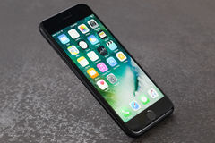 在石背景的黑iPhone 7 库存图片