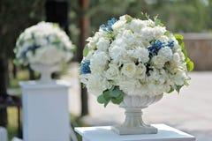 在石花瓶特写镜头的美丽的婚礼花束,户外 免版税库存图片