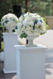 在石花瓶特写镜头的美丽的婚礼花束,户外 图库摄影