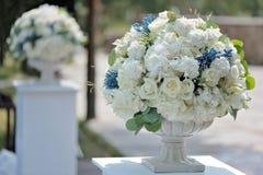 在石花瓶特写镜头的美丽的婚礼花束,户外 免版税图库摄影