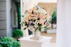 在石花瓶,特写镜头的美丽的婚礼花束 免版税库存图片