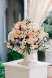 在石花瓶,特写镜头的美丽的婚礼花束 库存照片