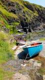 在石跳船的近海渔船 库存图片