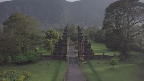 在石门和山惊人的看法的寄生虫飞行在巴厘岛,印度尼西亚 股票录像