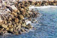 在石防波堤的排水管 免版税库存照片