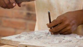 在石雕刻的工作 石车间在柬埔寨 股票录像