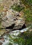 在石头中的河在谷山 免版税图库摄影