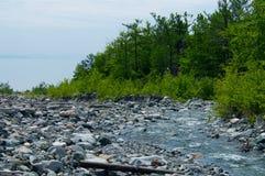 在石头中的河在谷山 免版税库存照片