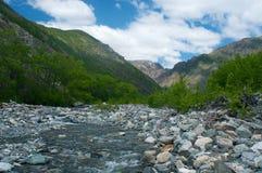在石头中的河在谷山 免版税库存图片