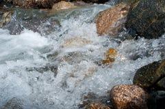 在石头中的河在谷山 图库摄影