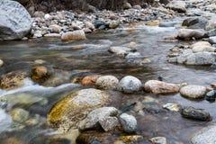 在石头中的河 免版税库存照片