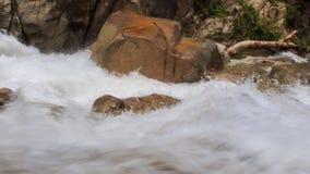 在石头中的特写镜头风雨如磐的泡沫似的山射流 股票视频