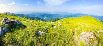 在石头中的道路在日出的山上面 免版税库存图片