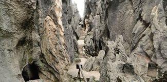在石头之间的旅游渠道在石森林里 库存图片