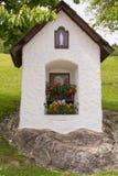 在石头修建的路边教堂 图库摄影