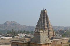 在石头制作的巨型古老印地安寺庙反对明亮的蓝色 图库摄影
