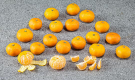 在石头剥皮的新鲜的柑桔普通话果子 免版税图库摄影