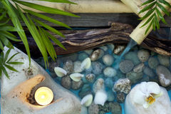 在石头温泉概念背景的落的水 免版税库存图片
