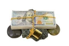 在石头的包裹金钱 免版税库存图片