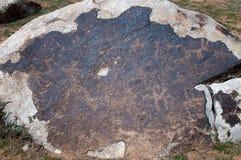 在石头的古老刻在岩石上的文字 免版税库存图片