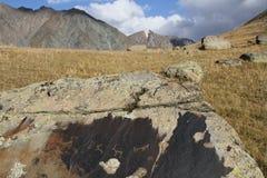 在石头的古代人刻在岩石上的文字的 免版税库存照片