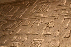 在石头的埃及象形文字 免版税库存照片