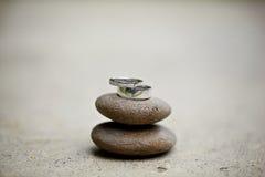 在石头的婚戒 免版税库存图片
