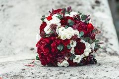 在石头的婚礼花束 库存图片