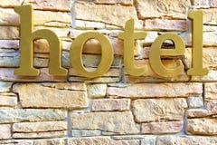 在石头的旅馆标志铺磁砖了墙壁 免版税图库摄影