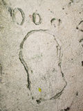 在石头的湿英尺打印 免版税库存照片