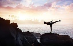 在石头的瑜伽 免版税图库摄影