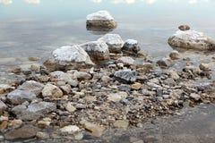 在石头的盐在死海,以色列 免版税库存照片