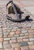 在石头的船锚 免版税库存图片