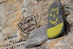 在石头的面带笑容 库存图片